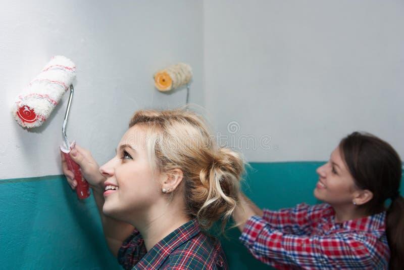 Flickor gör reparationer royaltyfria bilder