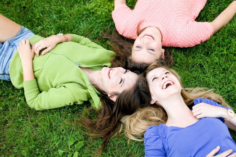 flickor gräs liggande tre arkivfoton