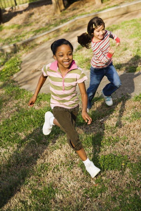 flickor gräs running barn royaltyfria foton