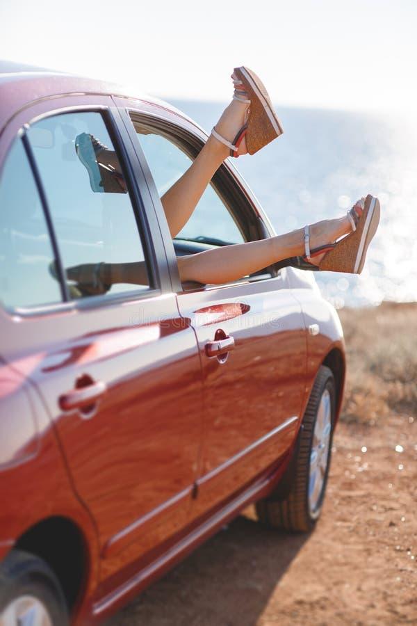 Flickor - handelsresande som kopplar av i bilen arkivfoton