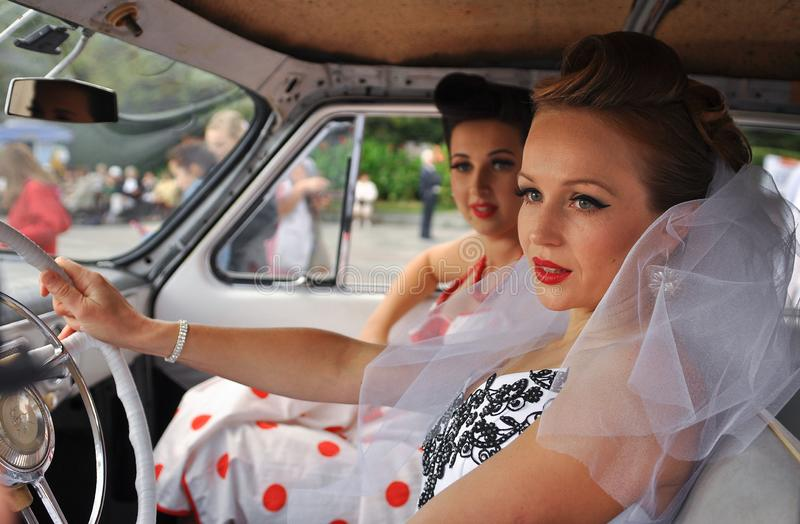 flickor i bröllopsklänningar på festivalen av brudar i Yalta på 3rd Oktober 2011 ukraine arkivfoto
