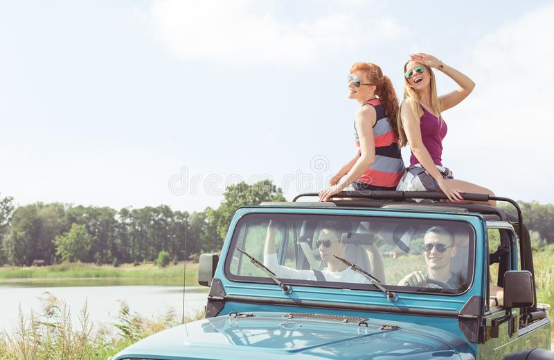 Flickor i cabriolet arkivbild