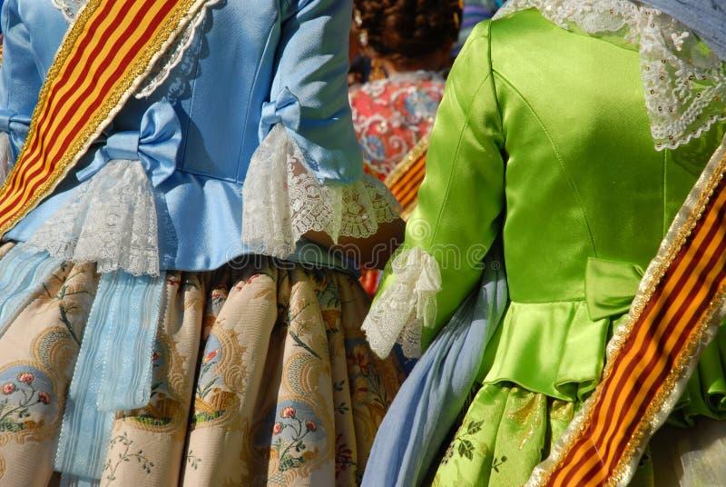 Flickor i den traditionella dräkten som firar en fiesta i Spanien arkivbilder