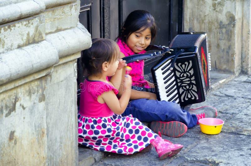 Flickor i gata i Oaxaca arkivbild