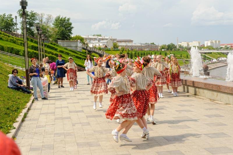 Flickor i nationella kläderdanser Tyumen Ryssland royaltyfri bild