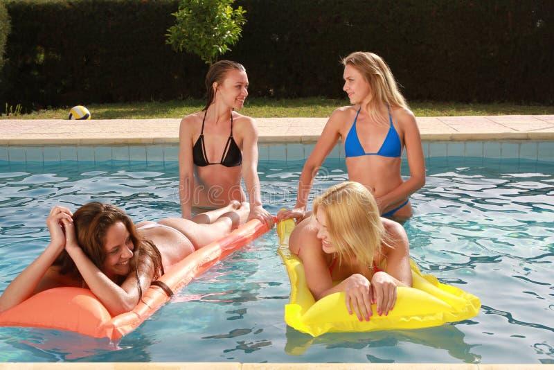 Flickor i simbassäng royaltyfria bilder