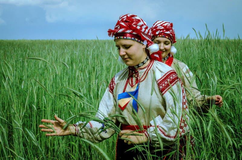 Flickor i traditionella vitryska folkdräkter för ritualen i den Gomel regionen av Vitryssland
