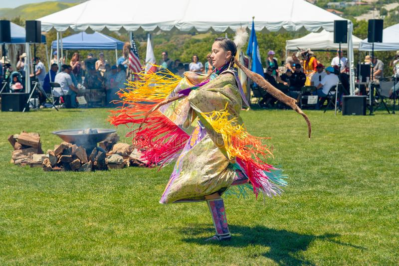 Flickor Jingle Dress Dancer Chumash dagPowwow 2019 och Intertribal sammankomst i Malibu, CA royaltyfri foto
