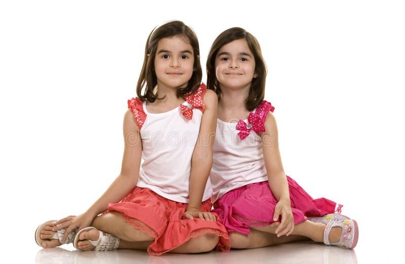 flickor kopplar samman royaltyfri fotografi