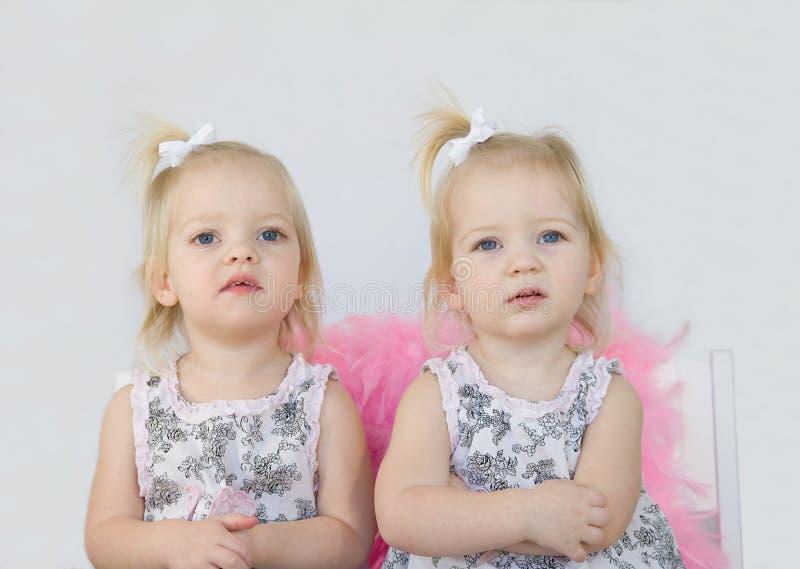 flickor kopplar samman royaltyfria bilder