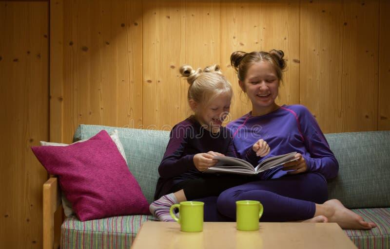 Flickor läser boken arkivbild