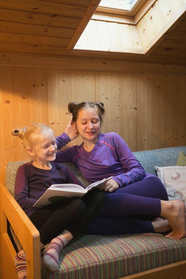 Flickor läser boken arkivfoto