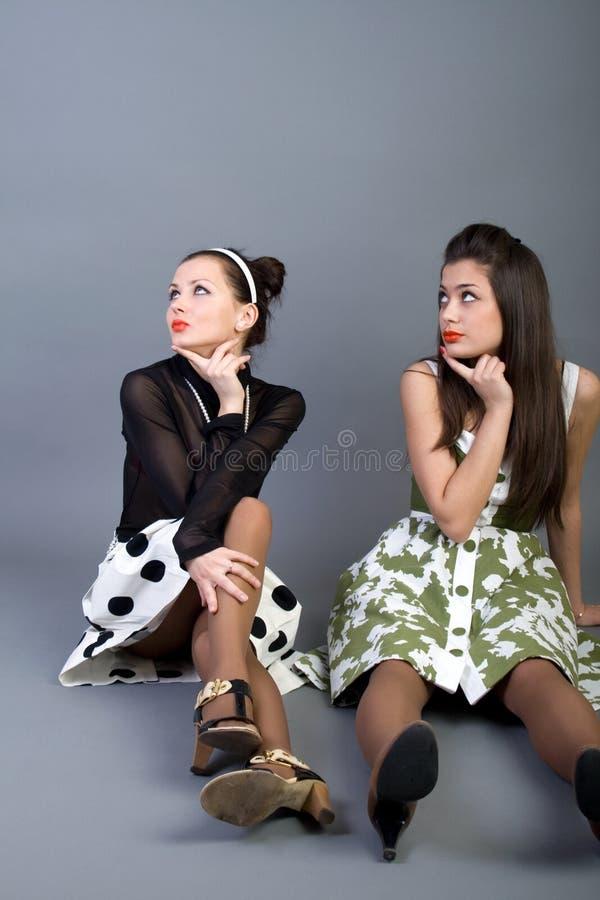 Flickor lyckliga retro utformade två