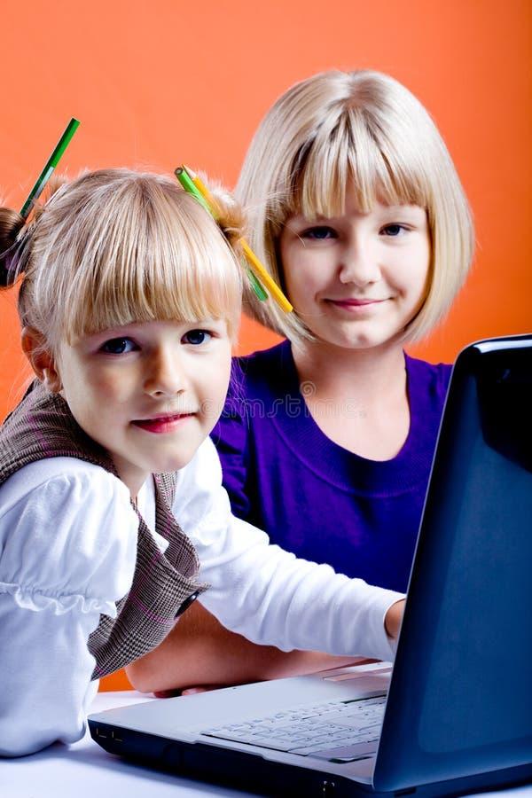 Flickor med bärbar dator arkivfoto