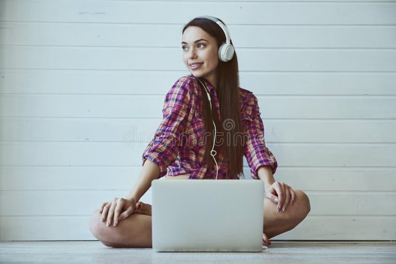 Flickor med bärbar dator royaltyfri foto