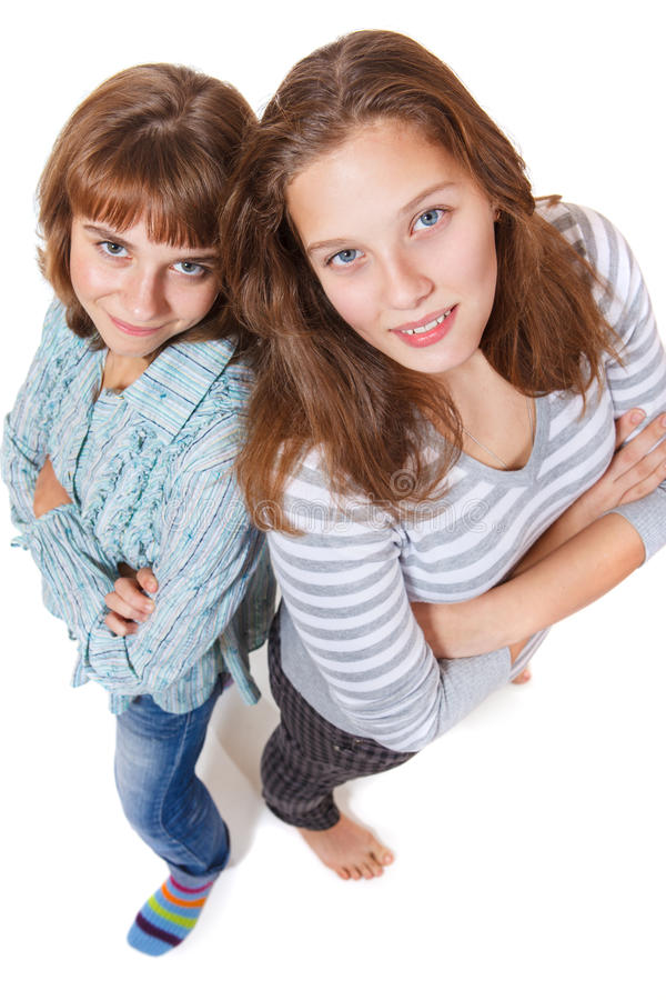 Flickor med deras korsade armar royaltyfri foto