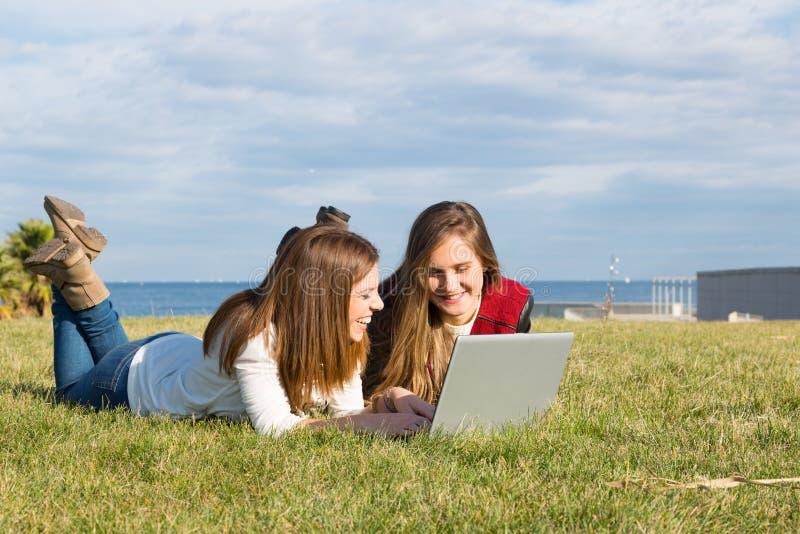 Flickor med en bärbar dator arkivfoto