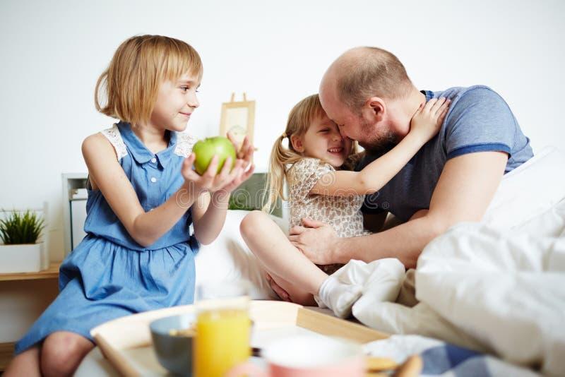 Flickor med fadern arkivfoton