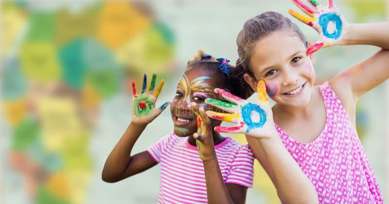 Flickor med framsidan och handen målar mot oskarp översikt arkivbilder