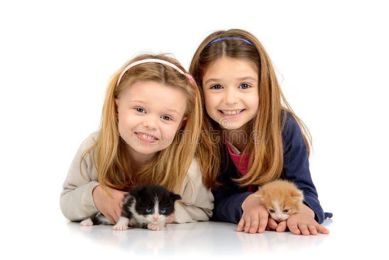 Flickor med kattungar royaltyfri foto