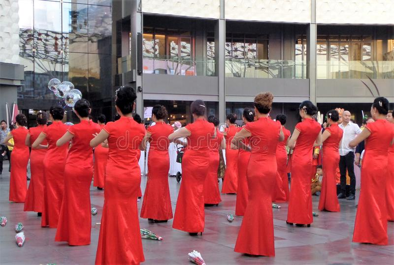 Flickor med traditionella klänningar för de kinesiska berömmarna för nytt år royaltyfri fotografi