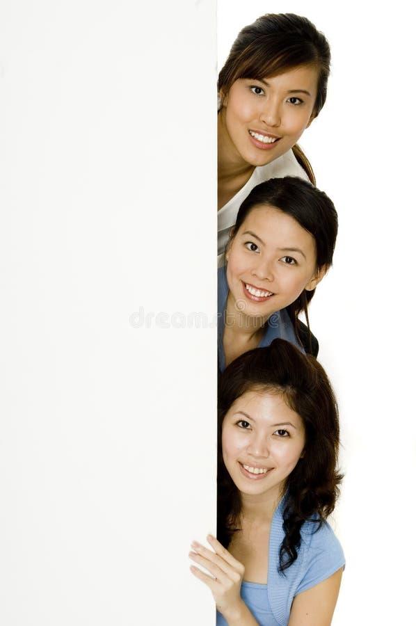 Flickor och blankt tecken arkivbild