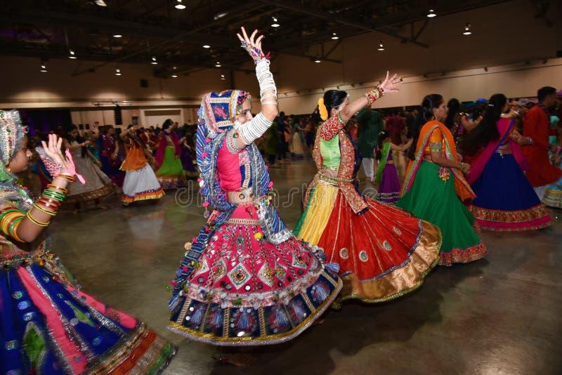 Flickor och kvinnor utför garba- och dandiyadansen som bär den traditionella indiska folk klänningen under den Navratri festivale arkivfoto