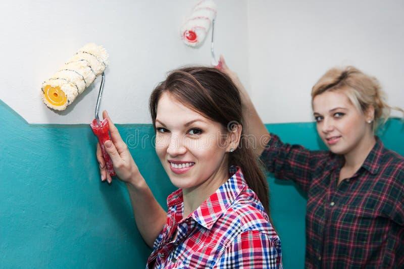 Flickor och reparation fotografering för bildbyråer