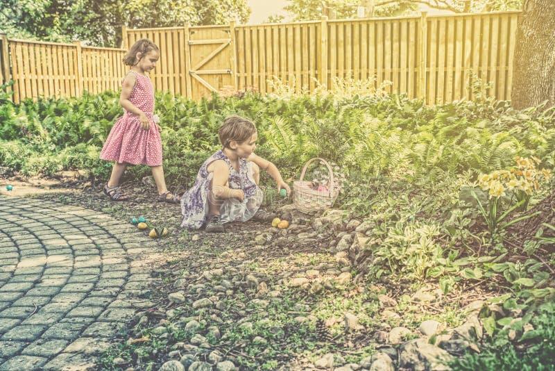 Flickor på en Retro jakt för påskägg - royaltyfria bilder