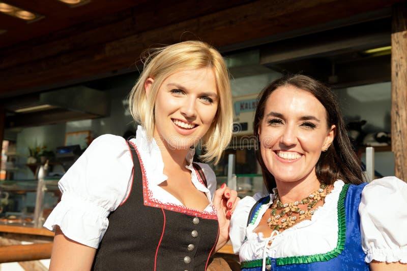 Flickor på springfestival mest oktoberfest malm arkivfoto