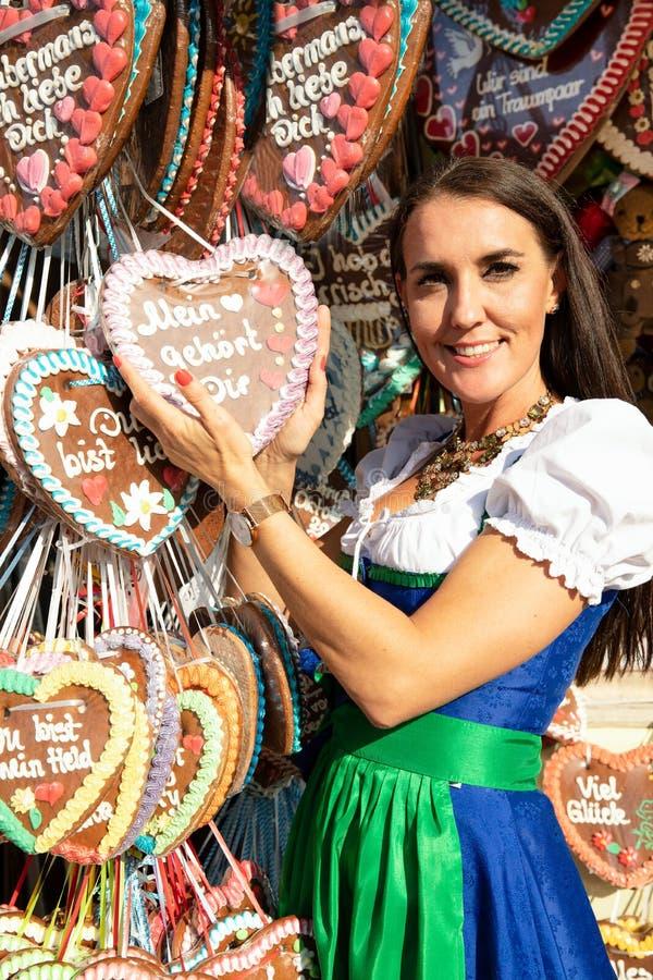 Flickor på springfestival mest oktoberfest malm arkivbilder