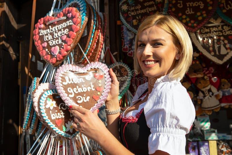 Flickor på springfestival mest oktoberfest malm royaltyfria foton