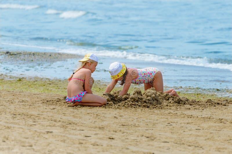 Flickor på stranden arkivfoto