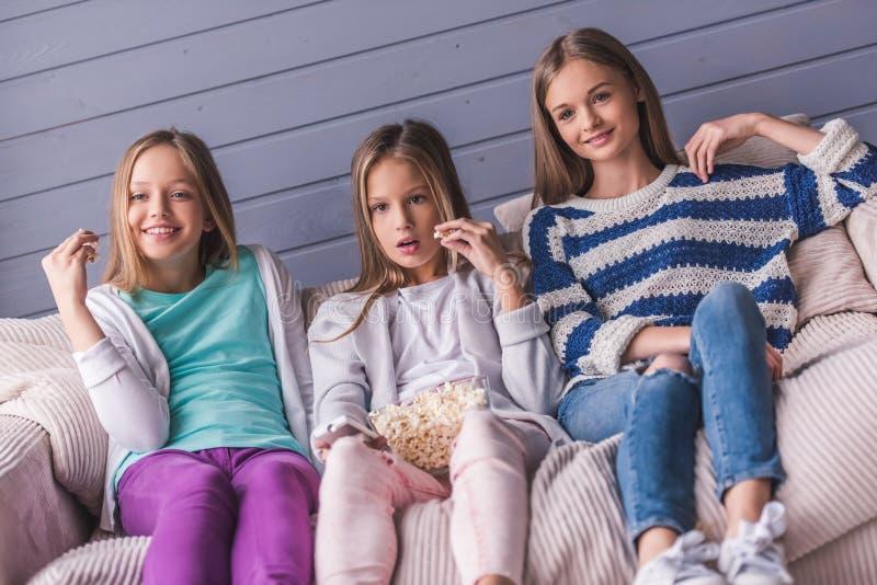flickor returnerar tonårs- arkivfoton
