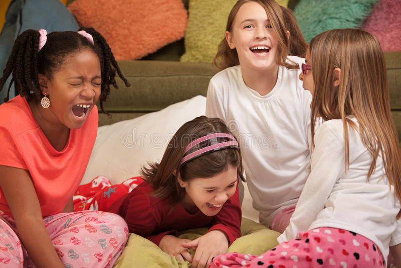 flickor skrattar little royaltyfria foton