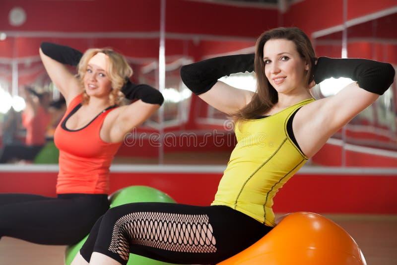 Flickor som övar på pilatesbollar royaltyfri bild