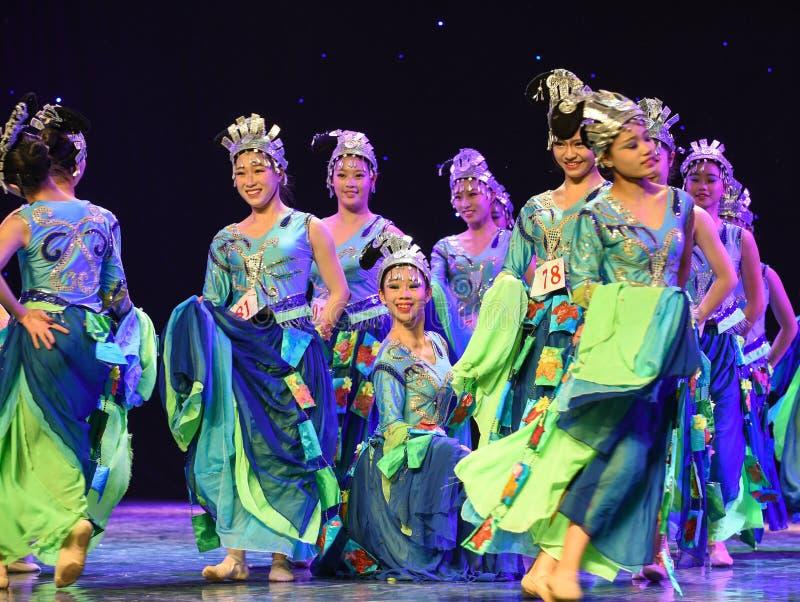Flickor som bär silversmycken-morgon i denkines folkdansen arkivbilder
