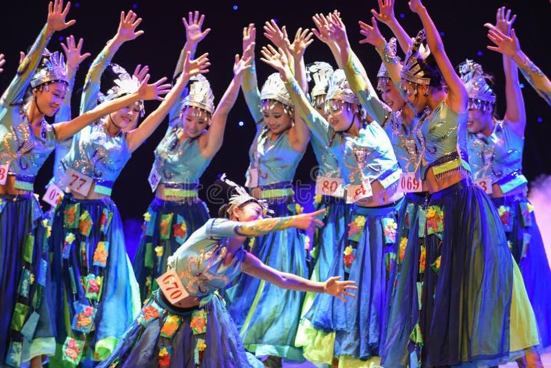 Flickor som bär silversmycken-morgon i denkines folkdansen royaltyfri foto