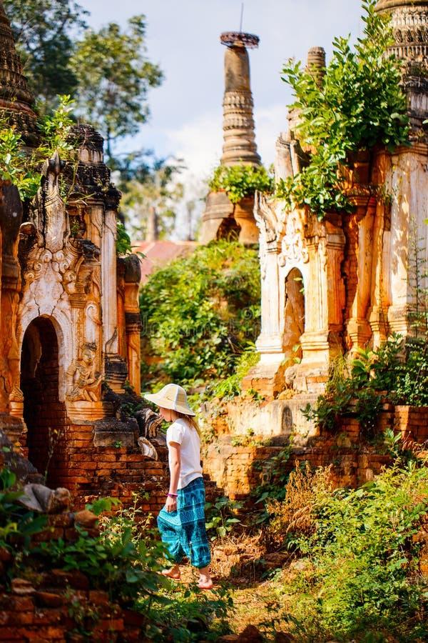 Flickor som besöker Indein Myanmar arkivfoto
