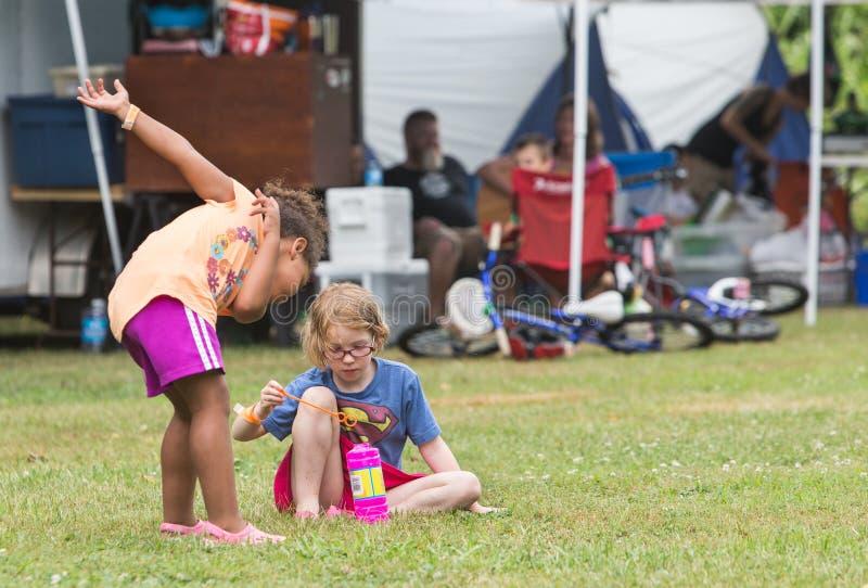 Flickor som blåser bubblor på den lösa gåsfestivalen royaltyfria foton