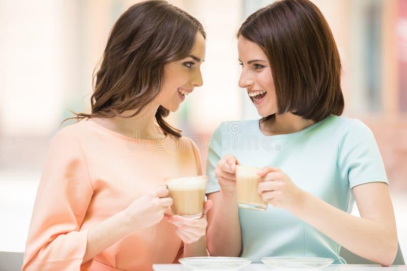 Flickor som delar hemligheter arkivfoton