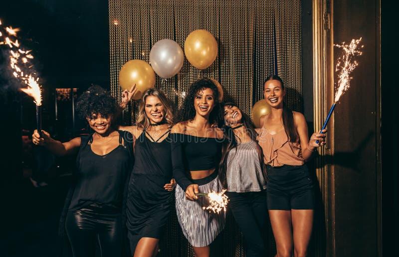 Flickor som firar helgdagsafton för nya år på nattklubben arkivfoto