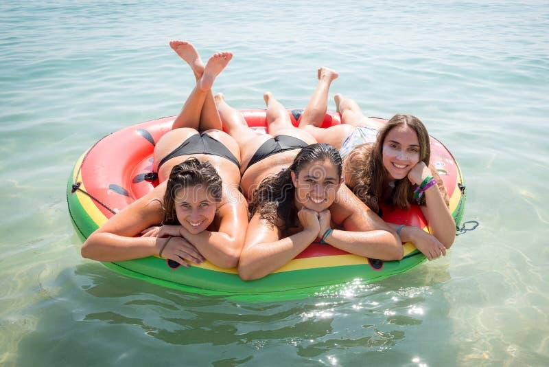 Flickor som har gyckel i vattnet arkivfoton