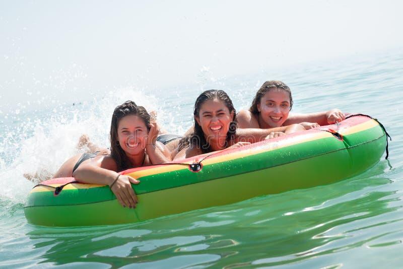 Flickor som har gyckel i vattnet arkivfoto