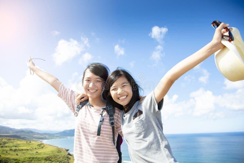 flickor som har gyckel med sommarsemester arkivbilder