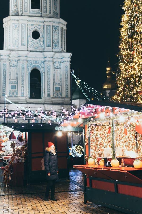 Flickor som har julhelger på mässan i Kiev, Ukraina arkivbilder