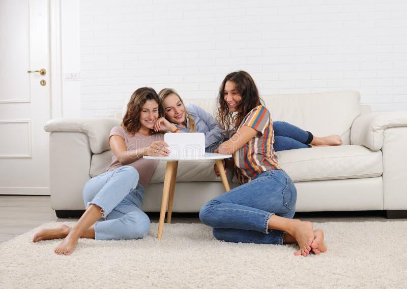 Flickor som hemma kopplar av royaltyfria bilder