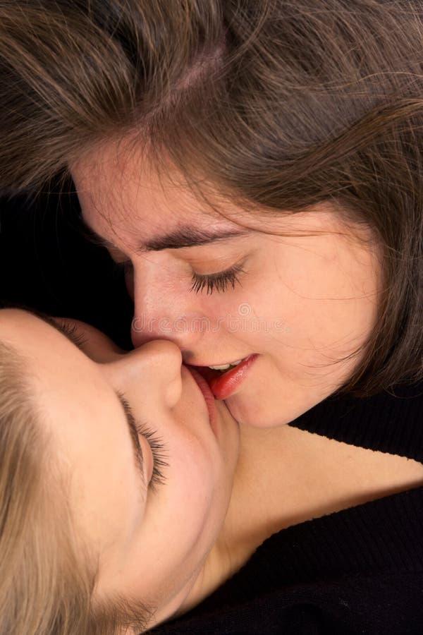 flickor som kysser två royaltyfri fotografi