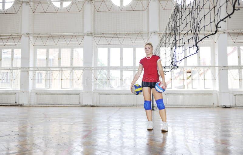 Flickor som leker för volleyboll leken inomhus fotografering för bildbyråer