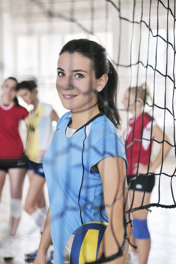 Flickor som leker för volleyboll leken inomhus arkivbilder